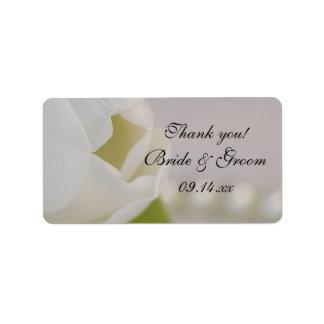 Étiquette Tulipe blanche et perles épousant l'étiquette de