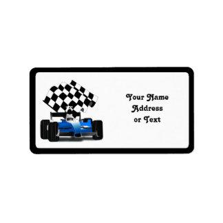 Étiquette Voiture de course bleue avec le drapeau Checkered