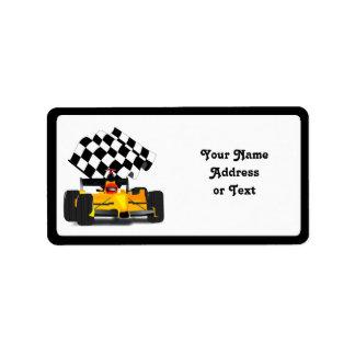 Étiquette Voiture de course jaune avec le drapeau Checkered