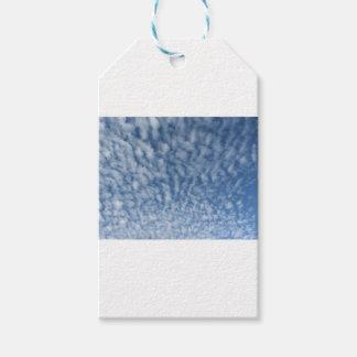 Étiquettes-cadeau Beaucoup de petits nuages mous sur le fond de ciel
