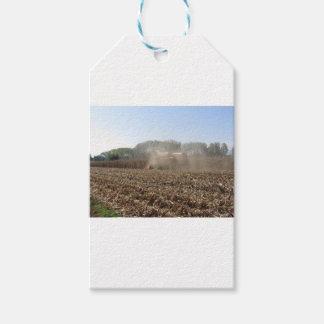 Étiquettes-cadeau Culture de maïs de récolte mécanisée dans le