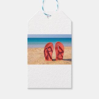 Étiquettes-cadeau Deux pantoufles rouges droites en sable de