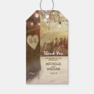 Étiquettes-cadeau L'arbre rustique d'hiver de Noël allume la faveur