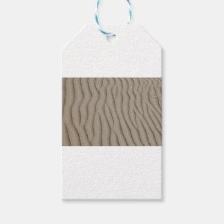 Étiquettes-cadeau lignes onduleuses dans le sable