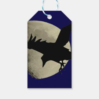 Étiquettes-cadeau Raven volant à travers la lune