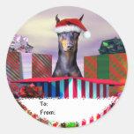 Étiquettes de cadeau de surprise de Noël de doberm Autocollant Rond
