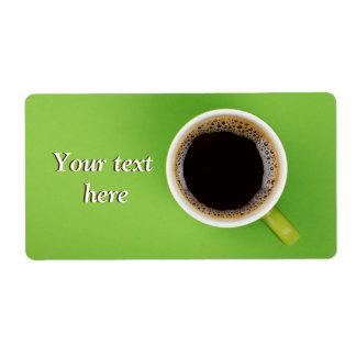 Étiquettes d'expédition avec du café noir et la