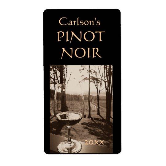 Étiquettes faits maison de vin en verre de vin