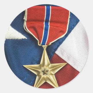 Étoile en bronze sur le drapeau américain sticker rond