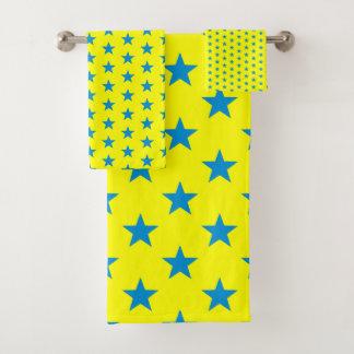 Étoiles bleues lumineuses sur le jaune de soleil