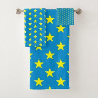 Étoiles de jaune de soleil sur le bleu lumineux