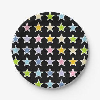Étoiles en pastel d'arc-en-ciel décrites par blanc assiettes en papier