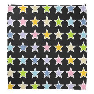 Étoiles en pastel d'arc-en-ciel décrites par blanc bandana