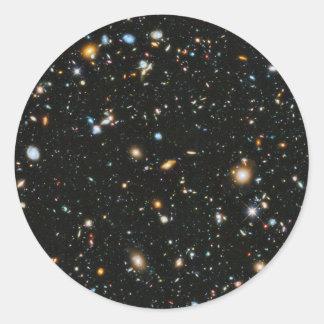 Étoiles et galaxies d'espace lointain sticker rond