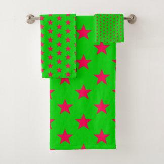 Étoiles lumineuses de rose sur le vert