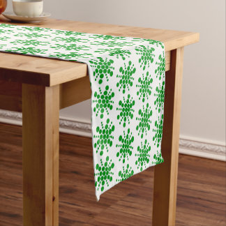 Étoiles pointillées par vert sur le blanc chemin de table court