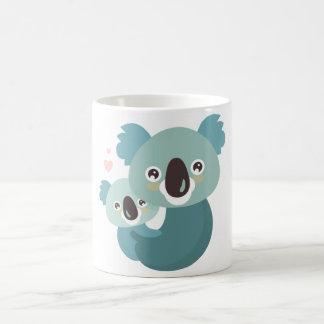 Étreindre doux de mère et de bébé de koala de mug