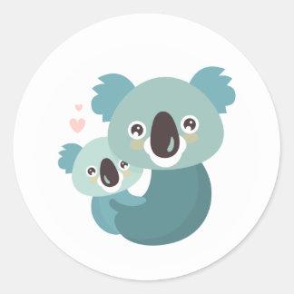 Étreindre doux de mère et de bébé de koala de sticker rond