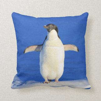 Étreinte de pingouin coussin