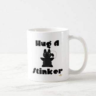 Étreinte gentille à croquer de mouffette un navet tasse à café