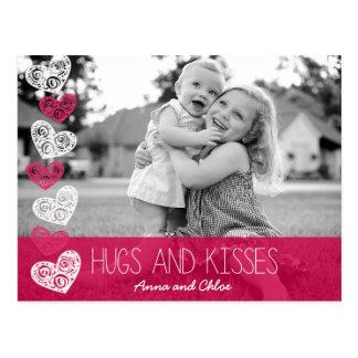 Étreintes et carte postale de photo de baisers