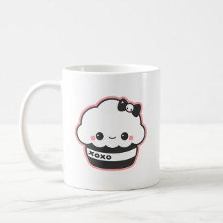 Étreintes et petit gâteau mignons de baisers mug