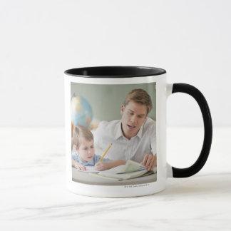 Étudiant de aide de professeur avec le travail mug
