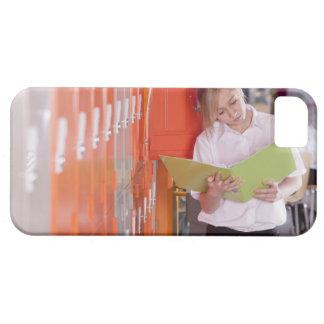 Étudiant enlevant le classeur du casier d'école étui iPhone 5