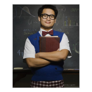 Étudiant masculin asiatique ringard tenant le livr affiches