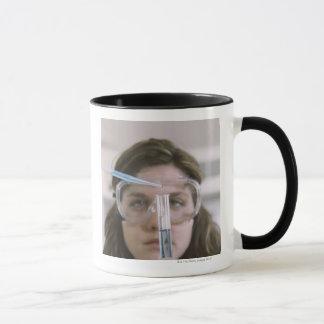 Étudiant tenant le tube à essai mugs