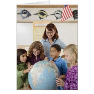 étudiants et professeur avec le globe carte de vœux