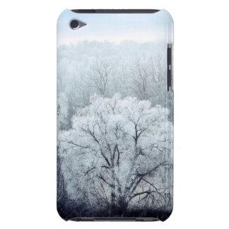 Étui Barely There iPod Le paysage brumeux d'hiver avec la neige a couvert