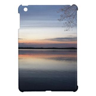 Étuis iPad Mini Les nuages roses réfléchissent sur le lac junior à