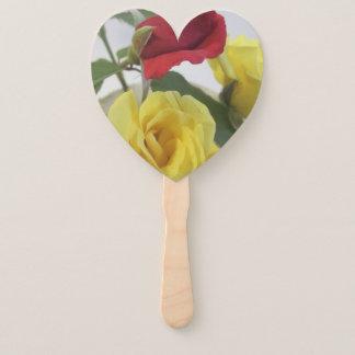 Éventail Roses d'amour et fan de Hnad assemblée par blanc