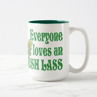 Eveyone aime une tasse irlandaise de jeune fille