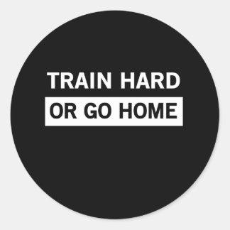 Exercez-vous dur ou rentrez à la maison sticker rond