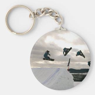 Faire du surf des neiges le porte - clé de tours porte-clé rond
