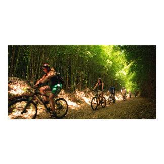 Faire du vélo dans la traînée en bambou photocartes personnalisées