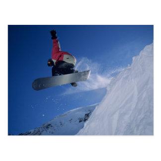 Faisant du surf des neiges à la station de cartes postales