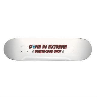Fait en planche à roulettes extrême de magasin de  skateboard