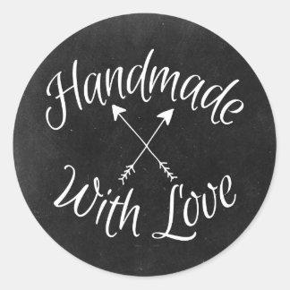 Fait main avec les flèches croisées par amour sur sticker rond