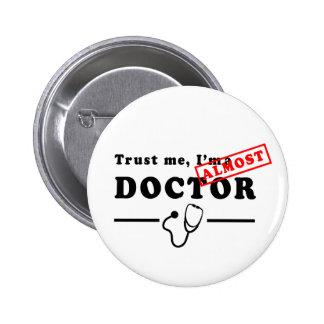 Faites confiance que je je suis PRESQUE un docteur Badge