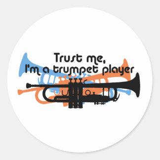Faites confiance que je je suis un trompettiste sticker rond