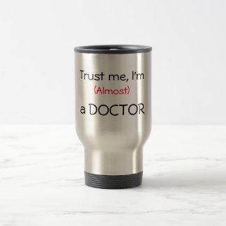 Faites- confiancemoi, je suis (presque) un docteur tasse à café