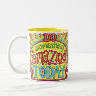 Faites quelque chose qui stupéfie aujourd'hui la tasse 2 couleurs
