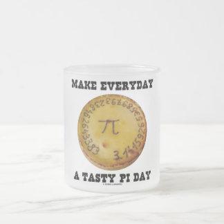Faites quotidien un jour savoureux de pi (pi sur l mugs à café