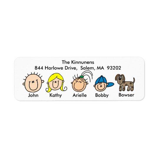 Famille avec des étiquettes de adresse de chien