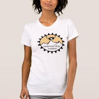 Famille d'aventure dans le T-shirt de mouvement