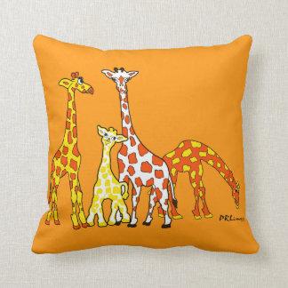 Famille de girafe dans le carreau orange et jaune oreillers