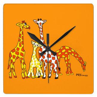 Famille de girafe dans l'horloge murale orange et horloge carrée